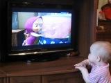 Елизавета смотрит мультик  ей 9 мес и 24дн